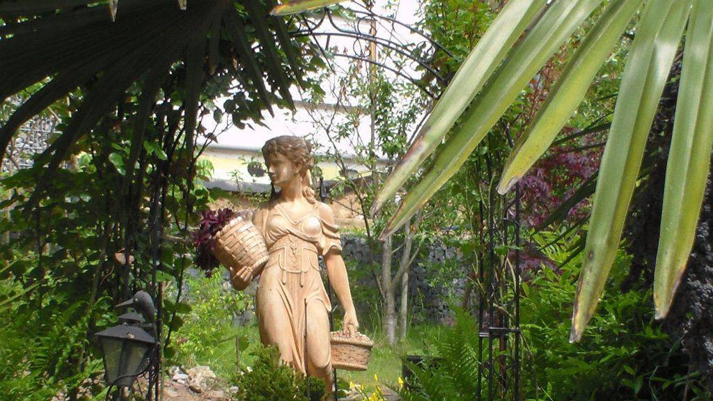 Statue im Grünen - Jürgen Zugelder aus Königheim schickte uns diese Foto zu.