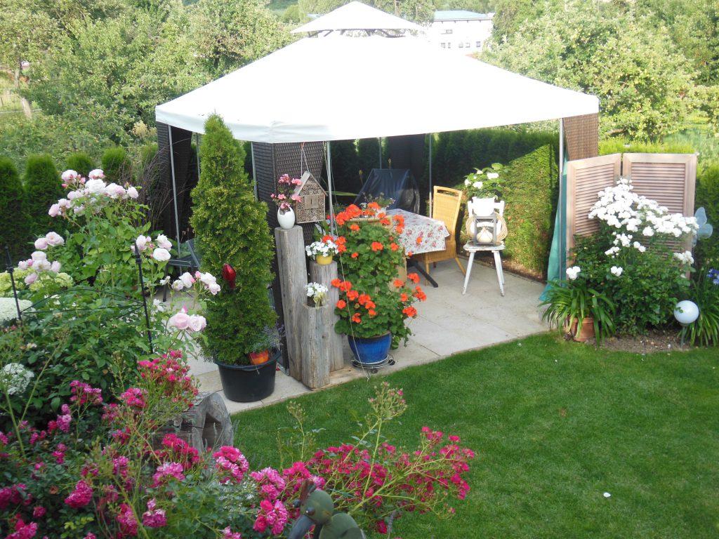"""""""Unsere Gartenoase besteht auf der einen Seite aus einer Pergula mit Sitzgelegenheit und auf der anderen Seite aus einem Brunnen und einer schönen Pflanzenwelt"""", schreiben uns Bernhard und Brigitte Burger aus Tauberbischofsheim."""