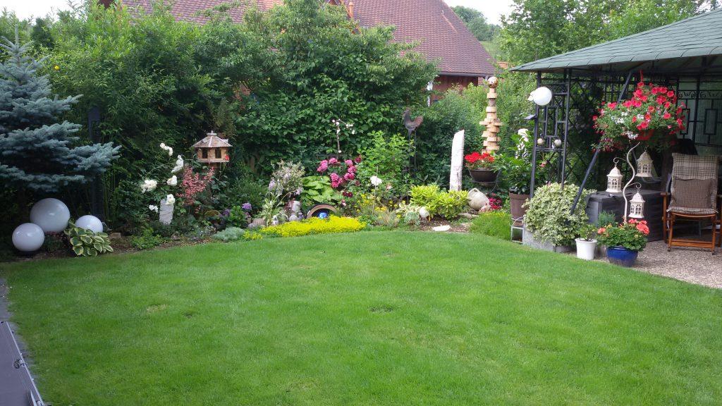 """Einen idyllischen Rückzugsort haben sich Christa und Alfred Berthold aus Königheim geschafffen """"Unser Garten ist unser ganzer Stolz. Hier fühlen wir uns wohl"""", schreiben sie uns."""
