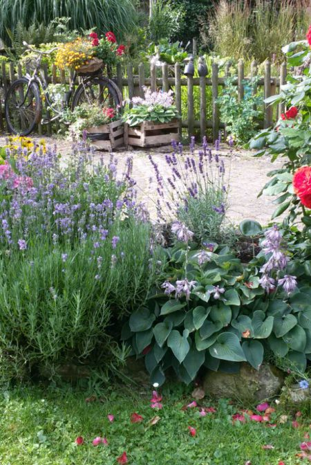 """""""So schön kann´s zu Hause sein, wenn die Gartenarbeit zum Hobby wird und zur Entspannung einlädt"""", schwärmen Cordula und Kurt Schnabel aus Elpersheim von ihrem idyllischen Rückzugsort."""