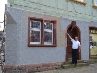 Blicklokal Technischer Dezernent Hubert Kieser zeigt die vom Gemeinderat der Stadt Buchen ausgewählte Farbe des Sockels und der Fensterleibungen