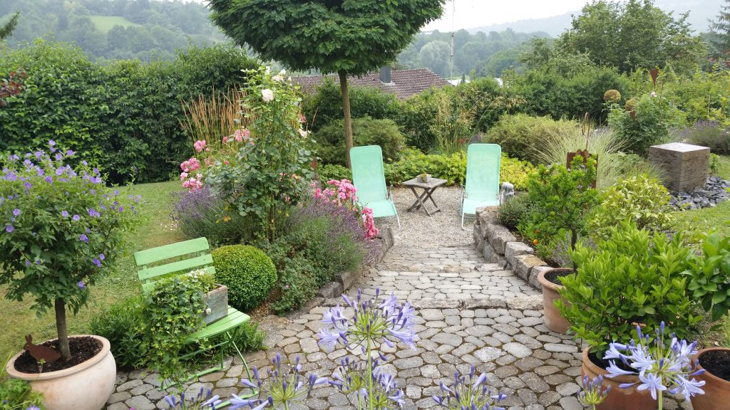 """""""Wenn die Seele Urlaub braucht, gehen wir in den Garten....""""Familie Frieß aus Weikersheim präsentiert mit ihrer """"Chil-out-Lounge"""" einen Teil ihrer Gartenanlage."""