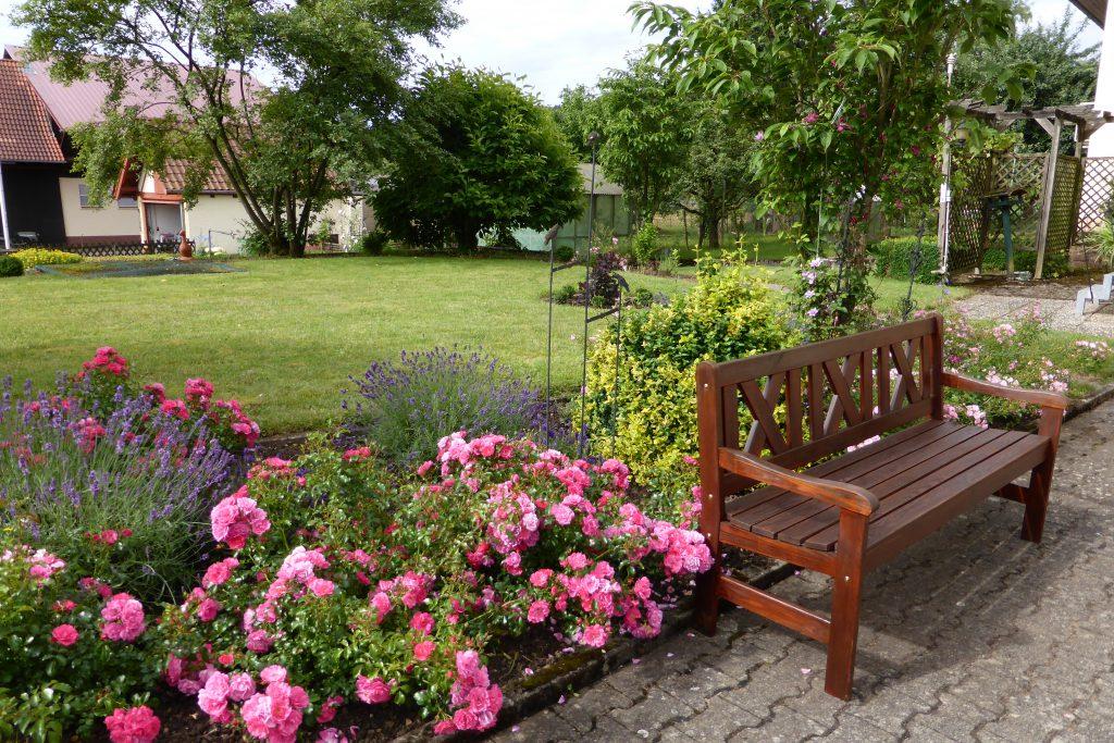 """""""Gerne suche ich mir im Garten diesen gemütlichen Platz in farbenfroher Umgebung zum Verweilen"""", kommentiert Hiltrud Heckmann in Bödigheim ihr Gartenfoto."""