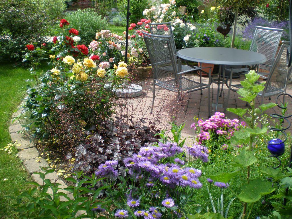 """""""Vor 8 Jahren haben wir unseren Garten in Teilen umgestaltet und dabei Sitzplatz und ein buntes Rosenbeet angelegt. Seitdem erfreut er uns Jahr für Jahr mit zunehmendem Blütenflor, den wir als Rentner nun auch richtig genießen können. Viele weitere bunte Blumen ergänzen dieses fröhliche und einladende Ensemble. Vielleicht nicht jedermanns Geschmack, aber wir lieben es"""", schreiben uns Otto und Ute Brenneis aus Buchen."""