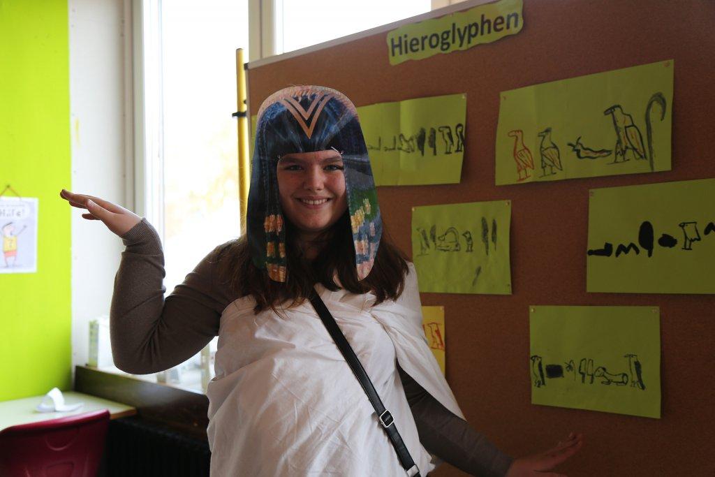 """Ägypten und die Hieroglyphen hatten es der Schülerin echt angetan. """"Namen erraten und auch selber zeichnen"""", da konnte ich als Besucher auch nicht widerstehen."""