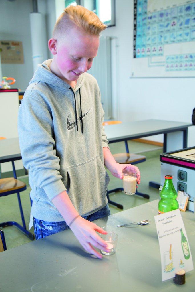Das Herstellen von Löschenden Gasen - eine interessante Geschichte, die ein Schüler der Karl-Trunzer-Schule gern zeigte und erklärte.