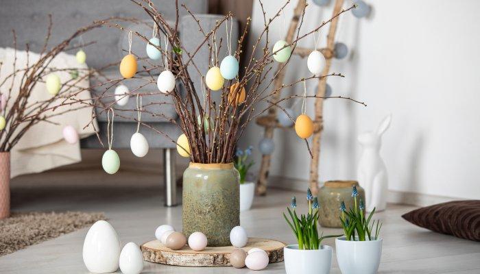 Bunt bemalte Eier an Osterzweigen sind der Klassiker zum Fest. © Blumen – 1000 gute Gründe