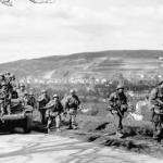 Eine zeitgenössische Fotografie zeigt die US-Soldaten vor der Kulisse von Schlosskirche und Residenzschloss auf dem Weg in Richtung Crailsheim.