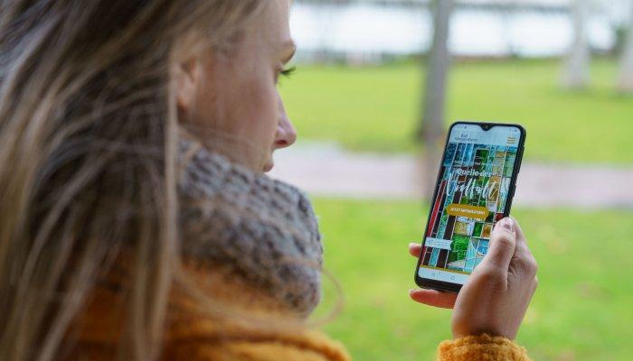 """Mit dem Projekt """"Quelle der Vielfalt"""" präsentiert Bad Mergentheim eine interaktive """"Schnitzeljagd"""" durch die Stadt, bei der die Gläserdame Fiona sich auf dem Smartphone meldet. (Bild: Björn Hänssler)"""